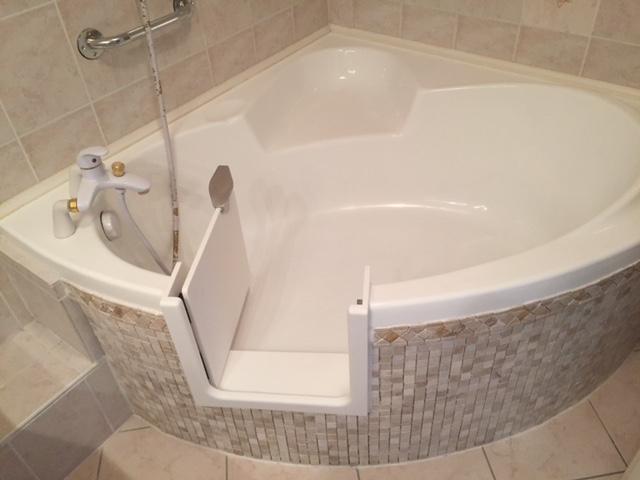 pose d 39 une porte tanche sur une baignoire d 39 angle r novbain. Black Bedroom Furniture Sets. Home Design Ideas