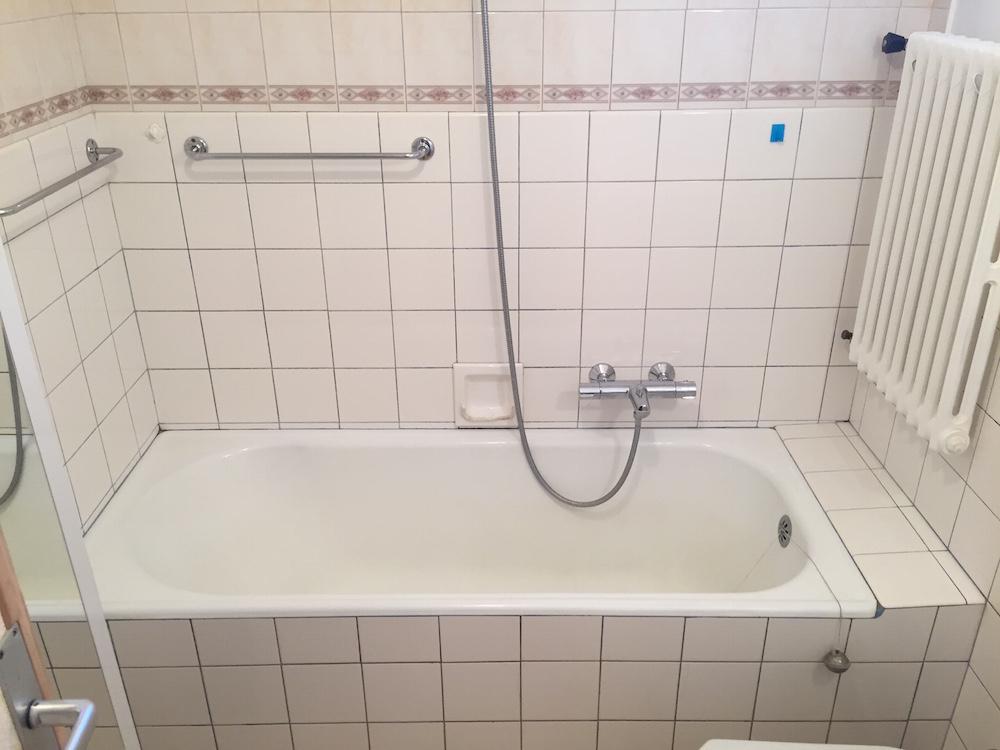 transformation d 39 une baignoire en douche chamb ry en. Black Bedroom Furniture Sets. Home Design Ideas