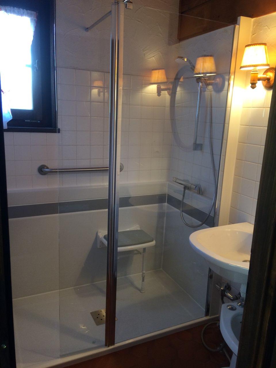transformation d 39 un baignoire en douche en mai 2018. Black Bedroom Furniture Sets. Home Design Ideas